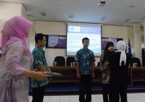penyematan kartu peserta admin ayomendidik juga duta lumajang di  diklat ICT p4tk matematika