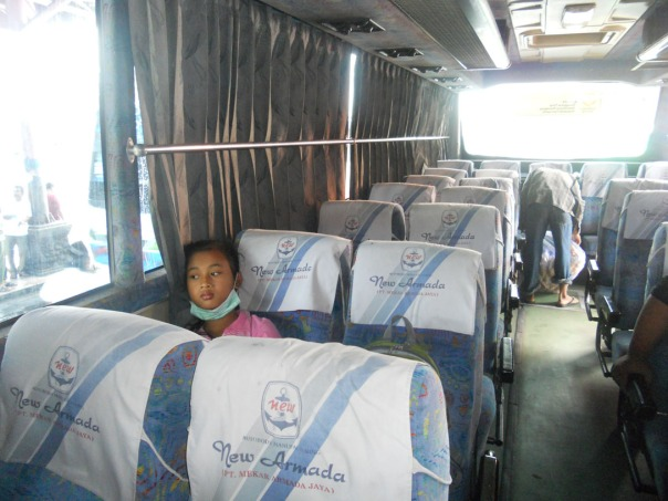 mila naik bus lmj-probolingggo (ekonomi). probolinggo-malang (bus patas), malang-hotel victory (naik ojek heeeee)