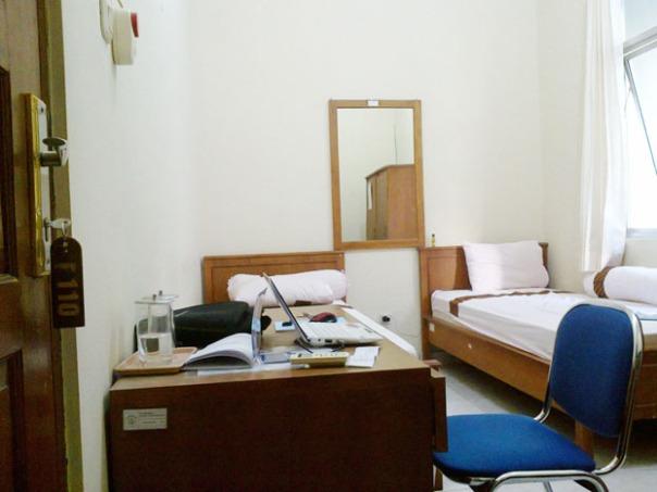 kamar tidur sederhana tapi memuaskan, sirkulasi udara bagus, berAC, air panas, dan paling penting tempat belajar