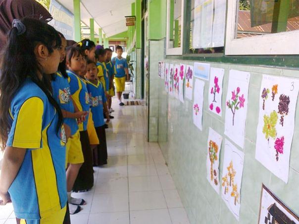 anak-anak berdiri berjarak dua keramik, patuh peraturan ciri orang baik