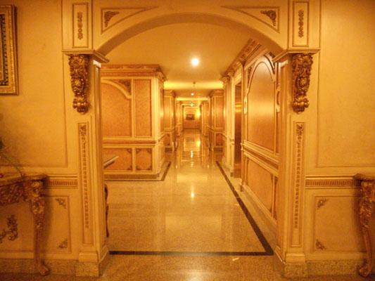 lorong menuju kamar hotel