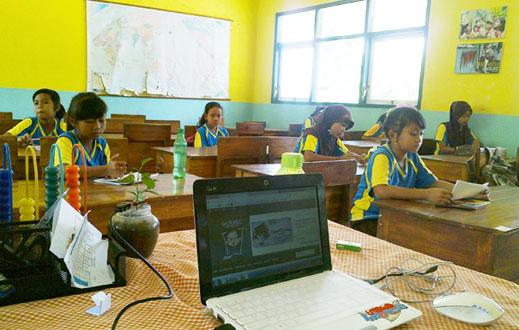 suasana latihan di ruang kelas VI, siswa sedang membuat puisi dengan tema kupu-kupu .... nampak juga dilaptop situs GURARU sedang ON