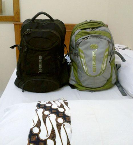ini sahabat yang membantu dalam perjalanan, 2 tas. meski yang satu pinjam milik istri heeee .....