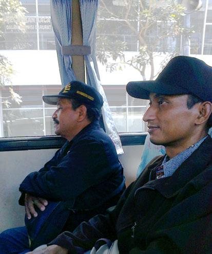 Pak Abdullah dan Pak Supri di atas bus perjalan pulang (topinya keren Pak)