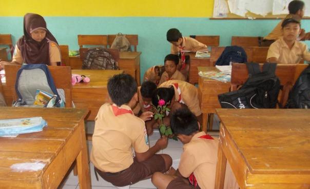 diskusi-kelomopk-juga-bisa-dilakkukan-di-mananapun-salah-satunya-di-lantai-kelas-problem-based-learning-ayo-mendidik