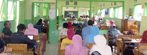 open-lesson-di-pelatihan-the-art-fo-teaching-saat-peserta-pelatihan-mengamati-proses-mengajar