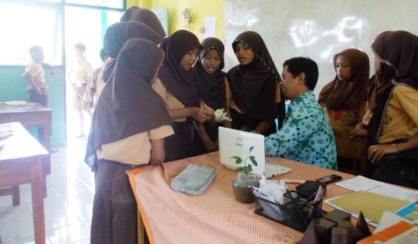 presentasi-hasil-kelomok-ke-guru-guru-memberi-pertanyaan-siswa-menjelaskan-bersama-kelompoknya-problem-based-learning-ayo-mendidik