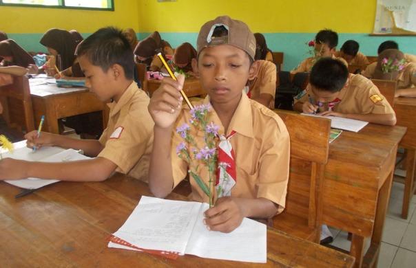 siswa-mengamati-bung-adengan-teliti-problem-based-learning-ayo-mendidik