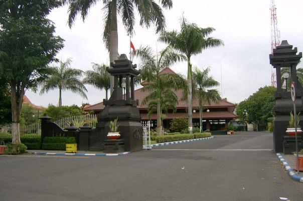 pintu gerbang menuju pendopo bupati lumajang, masih ingat posting indahnya liburan semester ini ...?