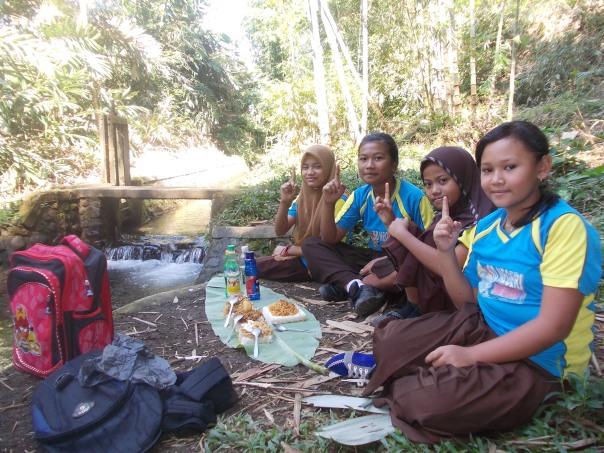 kelompok satu setelah selesai menjalankankan misinya, siap makan bareng sahabat di alam. seneng banget