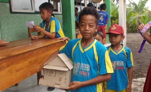 firman-siswa-kelas-5-bahagia-setelah-membeli-rumah-dari-kardus