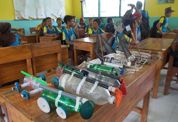 hasil-kerja-siswa-memadukan-energi-gerak-dan-angin-pada-mobil-mobilan-dan-perahu-prakitkum-gaya-dan-energi