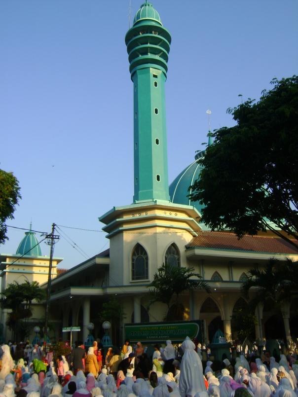 masjid agung saat sholat id, jamaah sampai ke jalan bahkan ke tanah lapang alun-alun, seru dan hitmat