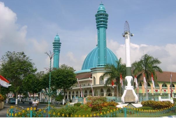 masjid agung anas mahfud berada di sebelah barat alun-alun kota, megah dan adem jika dipakai sholat atau i'tikaf