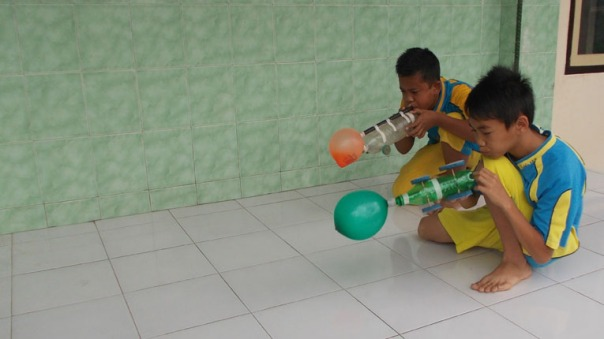 siswa-pada-balong-orange-mengisi-energi-angin-siswa-sebelahnya-menambah-energi-pegas-dua-gaya-dipadukan-prakitkum-gaya-dan-energi