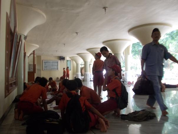 usai sholat duhur berjamaah, anak-anak melanjutkan tugas mengamati masjid agung anas mahfudz