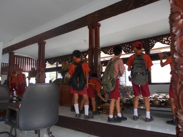 siswa putra sedang mengamati gamela yang ada di pendopo kabupaten, ada juga yang tak tahan ingin memukul gong