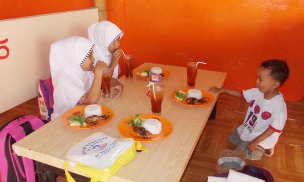 makan di salah satu warung makan di lumajang, biar Dina dan Sherly juga bisa merasakan makan di tempat seperti ini