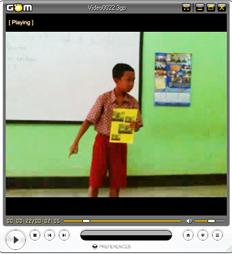 """tampilan Adit dalam video saat membaca puisi dengan judul """"karawang bekasi"""" karya w.s rendra, dia juara 1 di seleksi menuju kabupaten"""