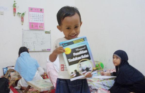 uqbah memegang hadiahnya, bersama kelas matematika bermakna
