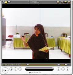 """tampilan sherly dalam video saat berlatih puisi dengan judul """"yaasin"""" karya muhammad diponegoro persiapan lomba pai"""