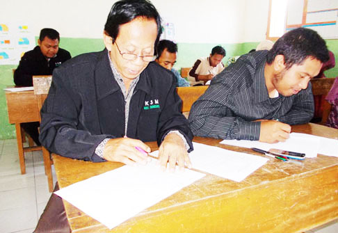 sebelah kiri kepala sekolah MI Purworejo, sudah sepuh tapi juga turut bergabung memberi teladan, sebelah kanan KS Pandansari