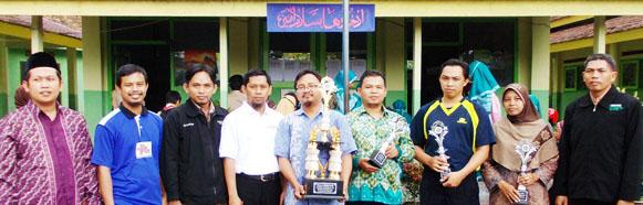 dari kiri : ketua kkmi ust rosyd, pak enjang, pak mukhtar, pak subakri, kepala mi al-ikhlas dan dewan guru mi