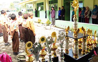 dewan guru juga ikut upacara pembukaan dengan tertib tanpa terkecuali, menunjukkan mereka berdedikasi