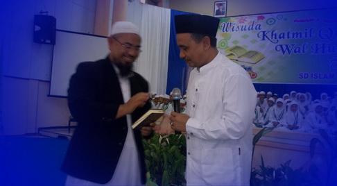 wabup mendapat hadiah al-quran karena sudah mampu menghafal ayat yang dibacakan ust imron