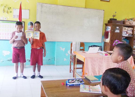 firman kanan dan sahabatnya membacakan hasil puisinya