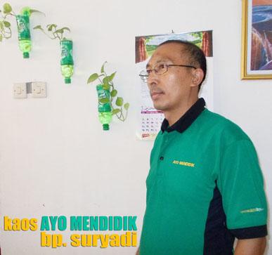 foto bapak suryadi kepala sekolah smp prestasi saat berkunjung ke rumah, bertepatan kaos ayo mendidik selesai dibuat