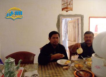 makan siang di rumah pak sohibi, suasan nikmat meski makan apa adanya