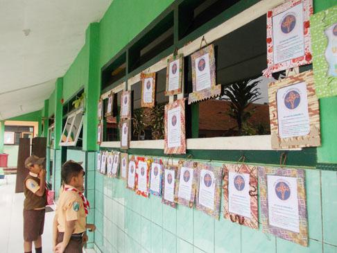 saa pameran, anak-anak kelas 2 mengamati pigura dan logo sekolah