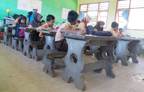 kursi juga aneh ya .. terbuat dari beton. termasuk sumbangan pak saleh juga