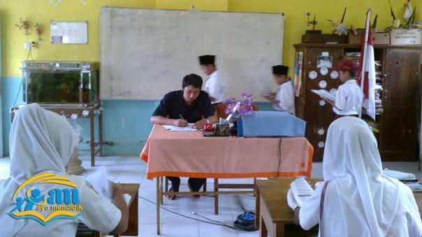 saat pembelajaran atau istirahat siswa dibudayakan lewat di belakang guru_ pak yurfan nampak sedang mengajar
