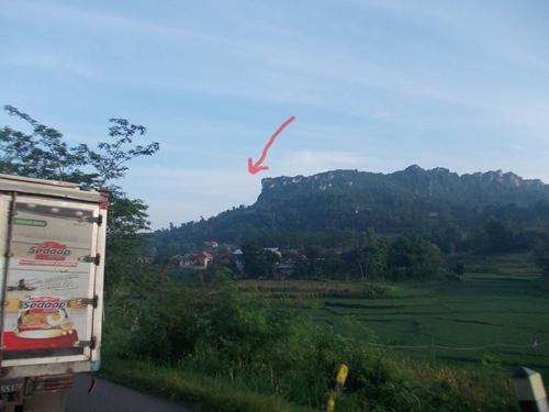 di balik bukit inilah sekolah pak saleh. bukti kapur yang indah. kami naik sepeda sekitar 1 jam 20 menit