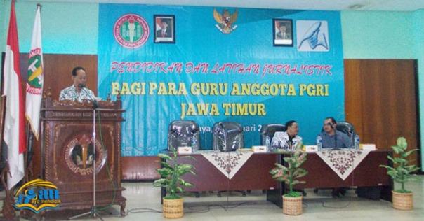 pimpinan umum dan sekretaris pgri propinsi jawa timur memberikan arahan nampak perwalikan dari pgri pusat