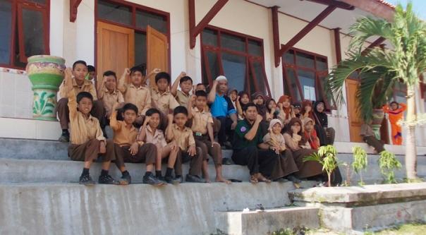 """bersama-sama kelas 6, pak saleh menyemangatkan """"SALAM SEMANGAT BAGI PEMUDA PEMUDI PELAJAR INDONESIA"""""""