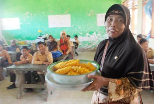 tiba-tiba datang guru PAI membawa jagung rebus yang diberi wali murid