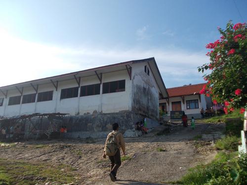 ini pintu gerbang sekolah, sebuah jalan umum yang membelah 2 ruangan, sekolah dengan halaman jalan umum desa ... anehkan?