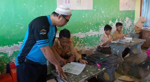 meski mengajar di desa, beliau datang lebih awal dan pulang lebih akhir, membimbing siswa adalah kecintaanya