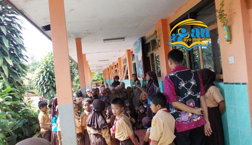 salah satu siswa tampil di depan warga sekolah, nampak Bu Rus, Bu Titik, dan Pak Yurfan