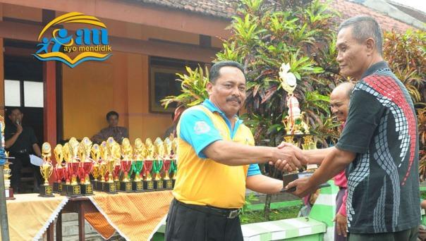 pak bambang kepala sekolah sdn jambekumbu 3 menerima juara umum loma mata pelajaran dari pengawas tk/sd bp suwandi_selamat