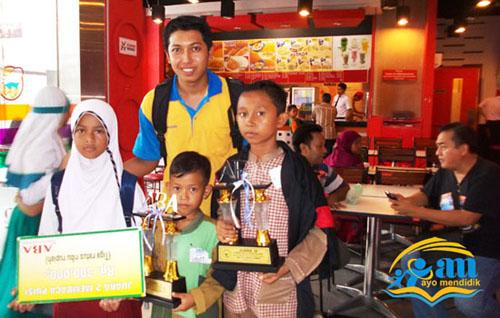 pak yufran tetap setia mendampingi anak-anak termasuk jalan-jalan ke mal :) dan kfc