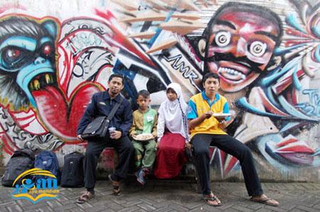 sopir juga peru isi perut dulu, pak yurfan baju kuning ikut mendampingi anak-anak dalam lomba ini, nampak tas bertanda para pengungsi dari jauh heeeee .... backgroung tembok serem juga ya .... siapa yang melukis ini?