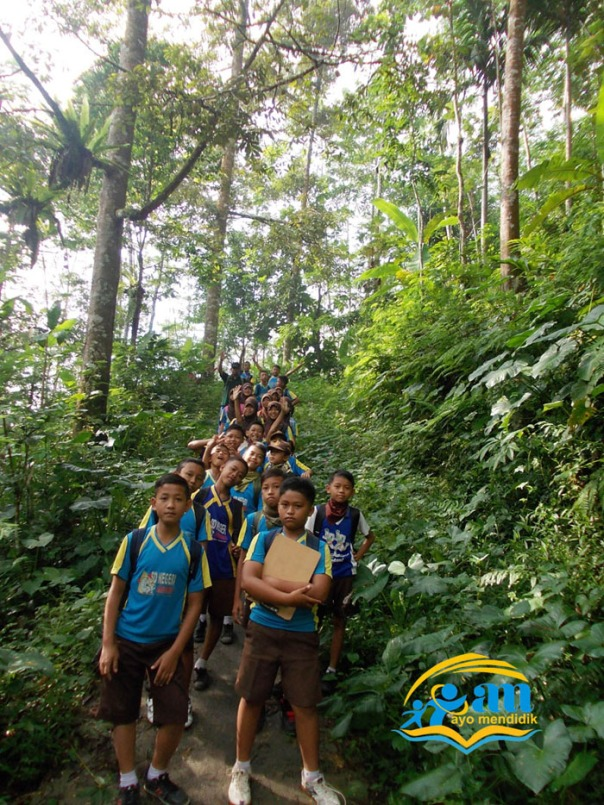ini perjalanan yang ditempuh siswa sdn jambekumbu 01 melalaui lembah yang curam dengan berbagai jenis tumbuhan di sana. Sudah tentu udaranya segeeeerrrrr. pingin main ke sini ... bisa kok ... hubungi kami saja :) siap antar plus makan durian :)