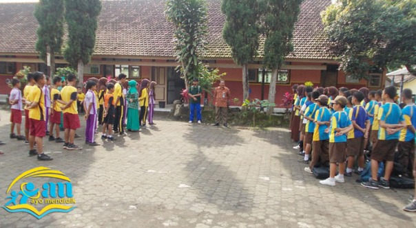 upacara pembukaan, nampak Bapak Kepala Sekolah, Bp Bambang Sutejo di dampingi bp m subakri