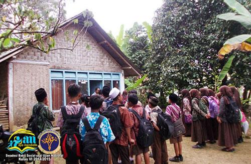 nampak rumah yang kami kunjungi sangat sederhana, terbuat dari bambu yang sudah usang