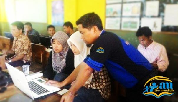 salah satu sesi bimbingan di tengah kegiatan pelatihan, nampak admin ayo mendidik membimbing peserta