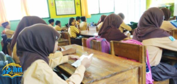 halimah duduk sejak berdoa hingga akhir belajar copy